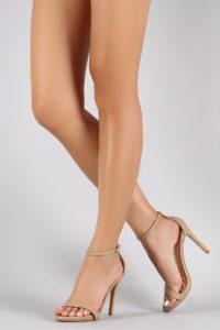 Béžová barva na botech pomůže vytvořit krásné dlouhé a štíhlé nohy